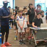スポーツ能力測定イベントにエリックが出演。緊張する子どもたちを笑顔に